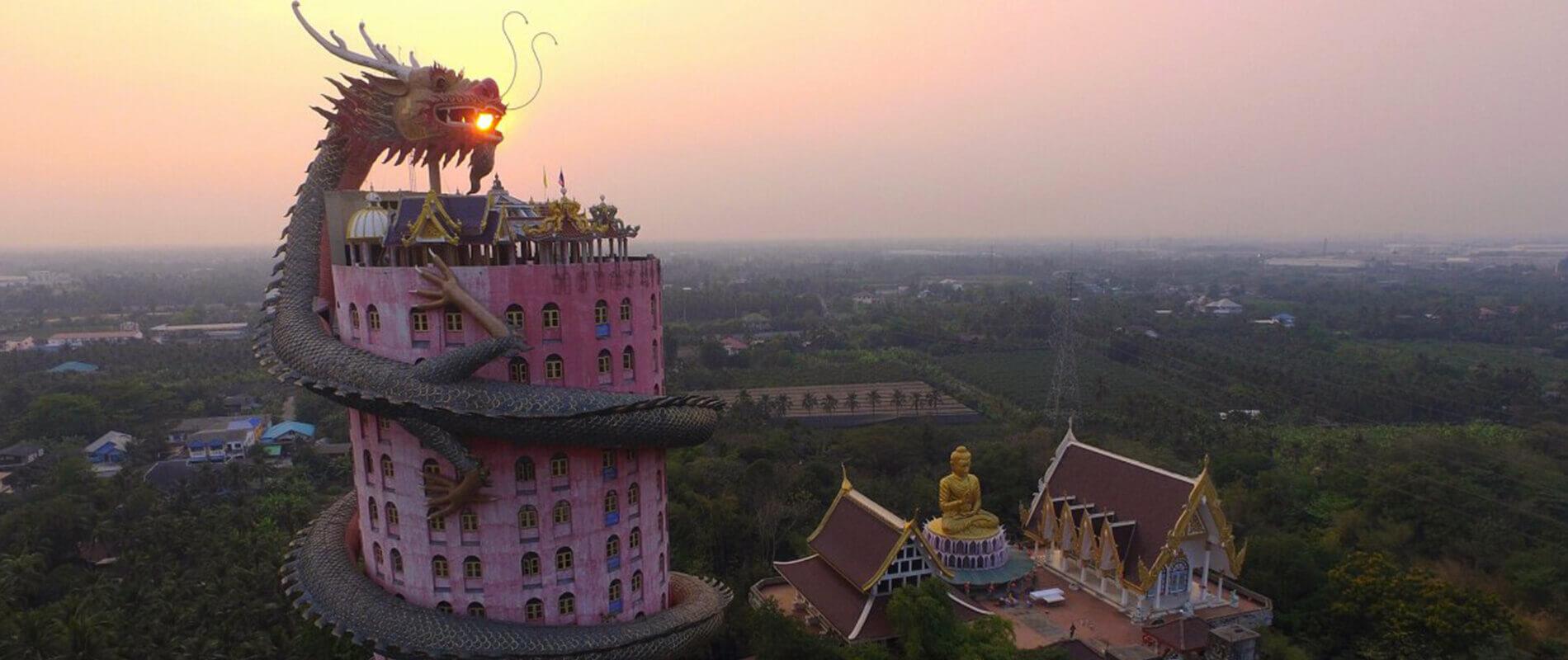 Il Tempio di Wat Samphran, la torre avvolta nelle spire di un drago
