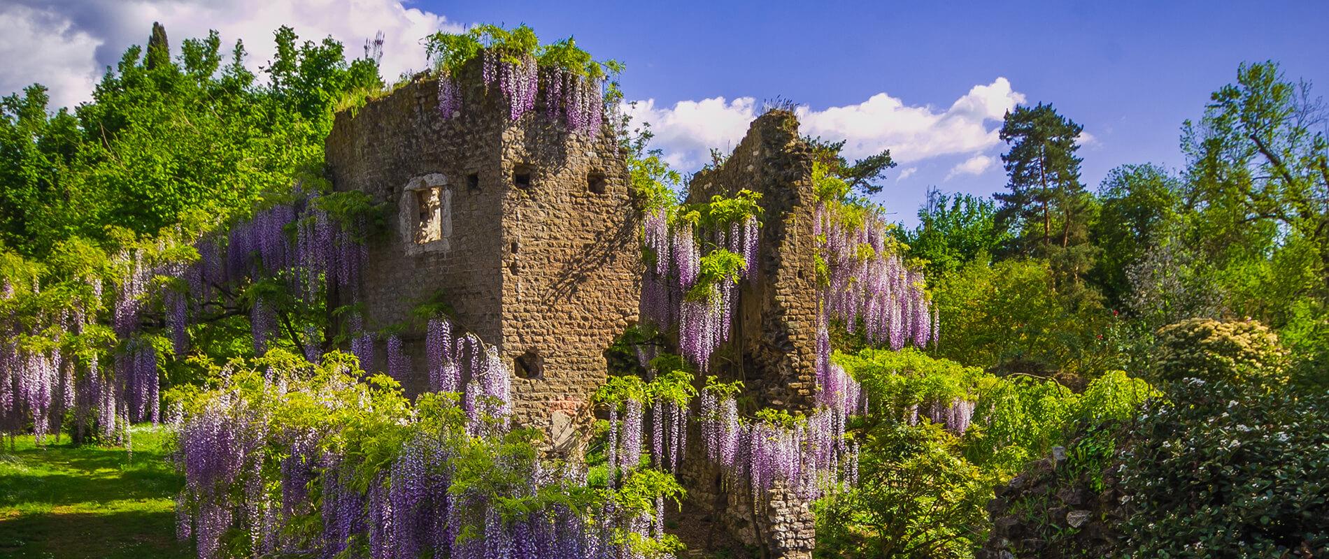 I Giardini di Ninfa, la splendida oasi immersa tra ruderi di una città medievale